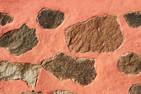 красноватый: Granite stone boulders interspersed in concrete painted in reddish color