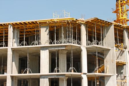 karkas: Bouw van een nieuw karkas huis met behulp van de concrete monolithische technologie op een achtergrond van blauwe wolkenloze hemel Stockfoto