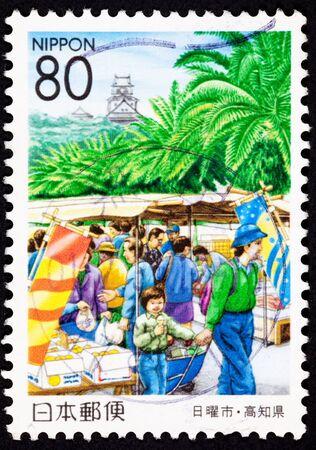 人々 の市場、高知城、高知県でのショッピングします。城は、最高の保存状態の日本の城の 1 つです。 写真素材