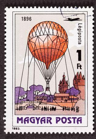 Sello de correo aéreo húngaro mostrando un acontecimiento histórico alrededor de un globo de observación en 1896 Foto de archivo - 9004834