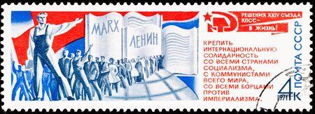 Les travailleurs dans une rangée embrassant Marx-Lenin pensé Banque d'images - 9003848