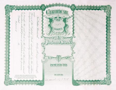 stock certificate: Reverso de un certificado de stock de U.S. antiguo emitido en 1918.  El texto contiene informaci�n acerca de c�mo transferir el certificado de acciones a un nuevo propietario.
