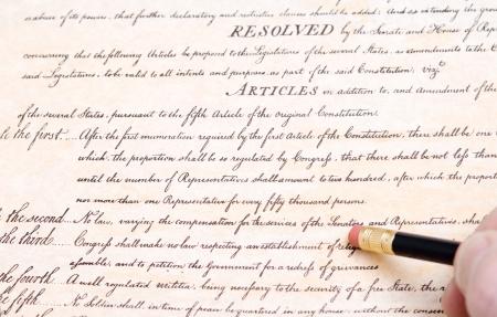 constitucion: Borrando la primera enmienda a la Constituci�n de Estados Unidos que garantiza la libertad de religi�n, de expresi�n y protesta.  Comentario sobre la erosi�n de las libertades civiles en Estados Unidos.
