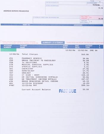 factura: Factura m�dica para una tomograf�a computarizada marcado vencido.  Incluye c�digos de m�dicos y cargos de drogas. Foto de archivo