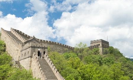 Kijken naar de sectie Mutianyu van de grote muur van beneden.  Dit gedeelte van de muur is zeer dicht aan Peking en is gerestaureerd. Stockfoto