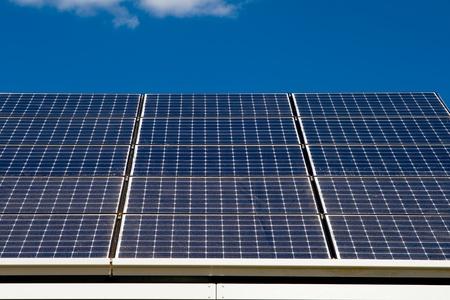 青い空を背景の太陽光発電太陽電池パネル。