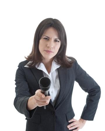 preguntando: Esc�ptica mujer sostiene un micr�fono a la c�mara.  De la mano en la cadera.  Sugieren la presencia de un periodista investigativo.