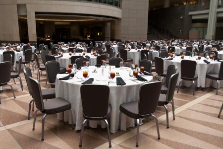 mesa para banquetes: Sala de banquete con mesas listos para invitados.