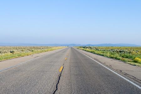 Midden van de weg. Landelijke weg, buiten Taos, New Mexico