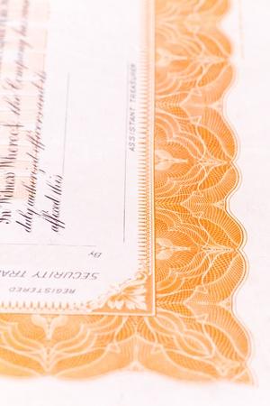 stock certificate: Primer plano de una parte de un certificado de acciones de los EE.UU. con una profundidad de campo. Foto de archivo