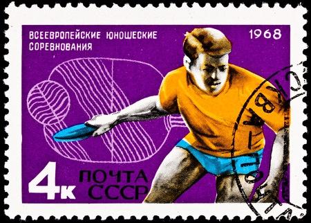 ping pong: URSS-CIRCA 1968: Un sello impreso en la URSS muestra a un hombre joven que juega al ping pong tambi�n conocido como tenis de mesa, alrededor del a�o 1968.