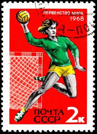 terrain de handball: URSS-CIRCA 1967: Un timbre imprimé en URSS montre une jeune femme sautant et en jetant un handball, circa 1967. Banque d'images