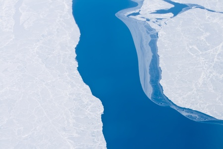 Hielo y agua abierto en el Océano Ártico, entre la isla de Baffin y el Polo Norte, a unos 200 kilómetros de North Pole, mayo. Algunos podrían argumentar que el agua libre en este lugar es la evidencia del calentamiento global. Tomada desde un avión en un vuelo polar. Foto de archivo - 11397419