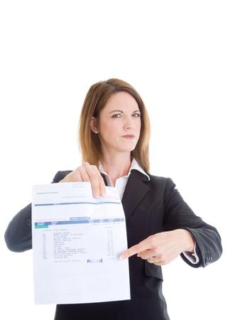 cuenta: Mujer caucásica Señalando pasado factura médica debido Aislado Blanco. Foto de archivo