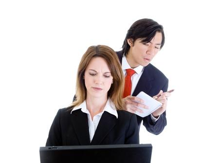 Asian Man Shoulder Surfing blanke vrouw werkt op een laptop