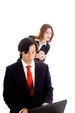 아시아에서 작업하는 사람 (남자) 노트북에서 백인 여자 정보 복사