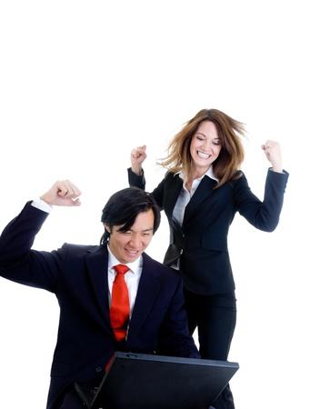glädje: Kaukasiska kvinna och asiatisk man i kostymer, glad över något på en bärbar dator. Isolerad på vit bakgrund