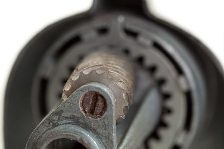 sacapuntas: Close up de la parte interior de un antiguo sacapuntas. Centrarse en las muelas que son asquerosas con virutas de lápiz. Foto de archivo