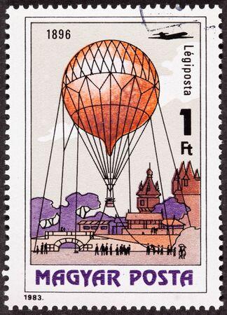 Hongaarse luchtpost stempel met een historische gebeurtenis rond een observatie ballon in 1896 Stockfoto