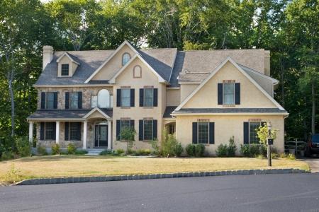casa colonial: Casa unifamiliares nuevas en los suburbios de Philadelphia, PA. Modernizaci�n de Georgia  estilo colonial.
