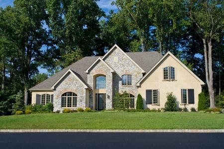 Nuova casa unifamiliare nella periferia di Philadelphia, PA. Modernizzata in stile Tudor Revival. Archivio Fotografico - 11379608