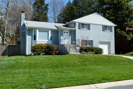 교외 메릴랜드 블루 벽돌 분할 수준의 단일 가족 집. 좋은 잔디 에디토리얼