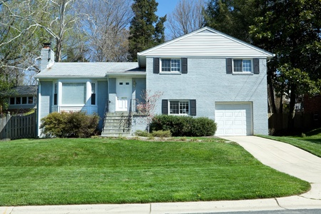 middle class: Azul ladrillo Casa Casa suburbios de Maryland Editorial