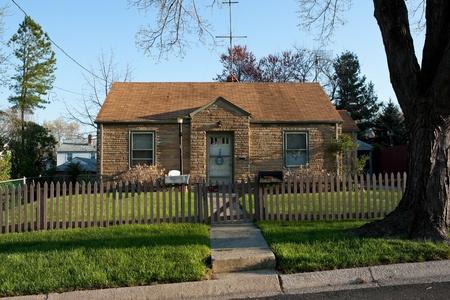 middle class: Cape Cod casa de estilo unifamiliar en los suburbios de Maryland, EE.UU.. Inicio de la década de 1950 tiene una fachada Formstone, común a partir de esa época.