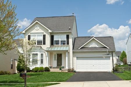 casa colonial: Pequeñas viviendas unifamiliares en los suburbios de Maryland, EE.UU.. Editorial