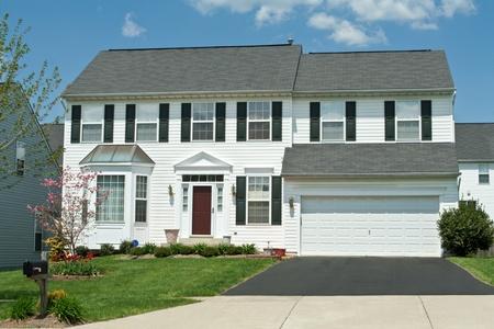casa colonial: Newish casa unifamiliar en los suburbios de Maryland, EE.UU. Editorial