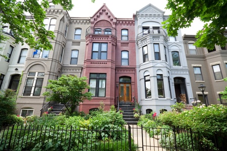 to row: Vista frontal de estilo italiano casas de estilo de fila, de Washington DC. Rodada con gran angular