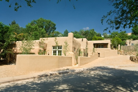 architecture detached house: Modern adobe home in Santa Fe, New Mexico