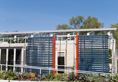 Extérieur Maison Moderne Solaire Avec Une Rangée De Panneaux