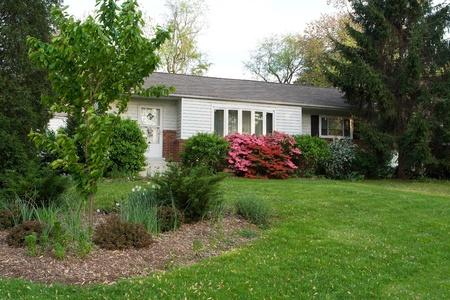 전면보기 사이딩 교외 메릴랜드, 미국에서 어슬렁 스타일 하나의 가족 집에 덮여있다. 봄