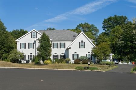 전면 미국 교외 필라델피아, 펜실베이니아, 새로운, 큰 하나의 가족 집에 볼 수 있습니다. 백그라운드에서 밝은 푸른 하늘.