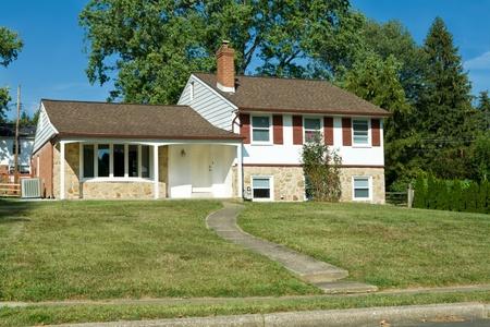 fachadas de casa: 1960 de fractura era de nivel de la casa en los suburbios de Philadelphia, PA