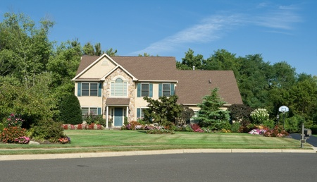 Vooraanzicht van een famly huis in een buitenwijk van Philadelphia, Pennsylvania, USA. Mooi aangelegd.