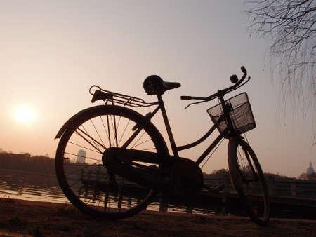 water s edge: Tramonto in bicicletta, in riva al mare s Archivio Fotografico