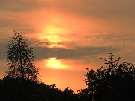 Der goldene Sonnenuntergang fällt langsam Standard-Bild - 86636302