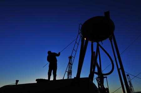 ouvrier: Travailleurs du p�trole du champ de p�trole au travail Banque d'images