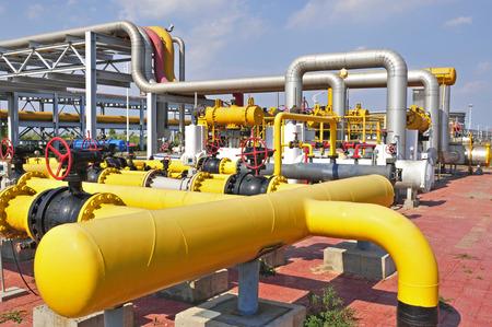 huile: Les pipelines et les vannes de champs de p�trole �ditoriale