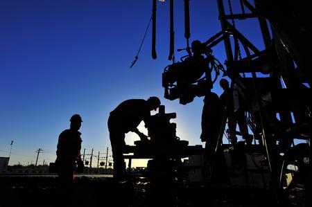 仕事で油田の石油労働者