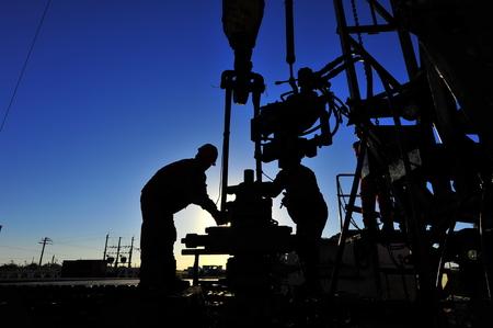 trabajador petroleros: Trabajadores del petróleo del yacimiento de petróleo en el trabajo Foto de archivo