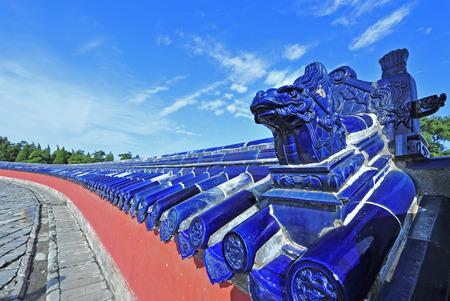 北京、中国で天の寺院にある古代壁、青い艶をかけられたタイルの屋根は、 報道画像