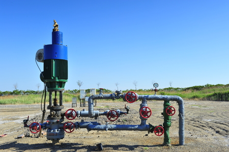 cilindro de gas: The pipe and valve oil fields