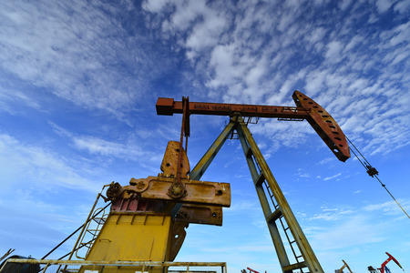 recursos naturales: The oil pump under the clear blue sky
