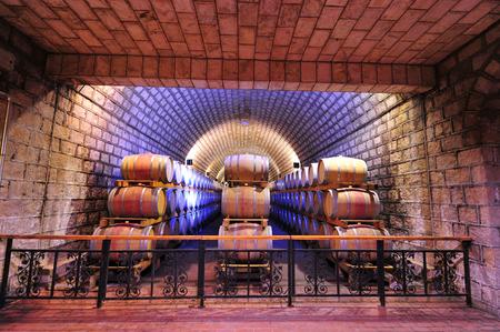Cave à vin et tonneaux en bois Banque d'images - 87317467