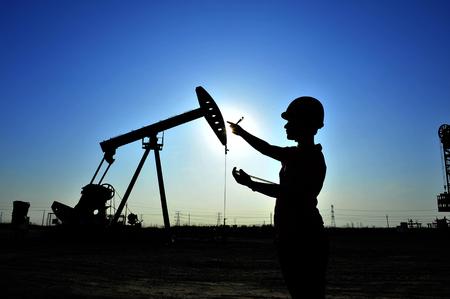 Die Ölarbeiter bei der Arbeit Standard-Bild