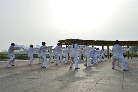 Tangshan - May 26, 2018: tai chi performance, to the south of the luanhe river, tangshan city, hebei province, China. 新聞圖片