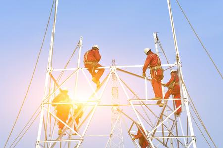 Pylon construction workers Banque d'images - 102931039